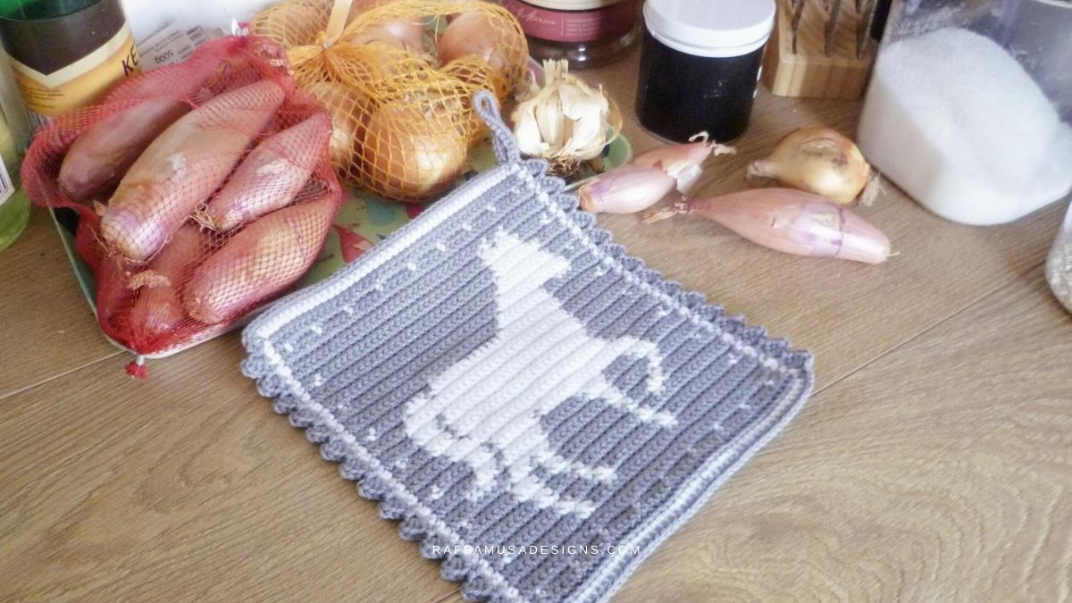 Tapestry Crochet Horse Potholder - Free Pattern - RaffamusaDesigns