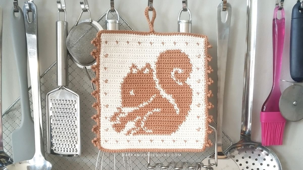 Tapestry Crochet Squirrel Potholder - Free Crochet Pattern - Raffamusa Designs